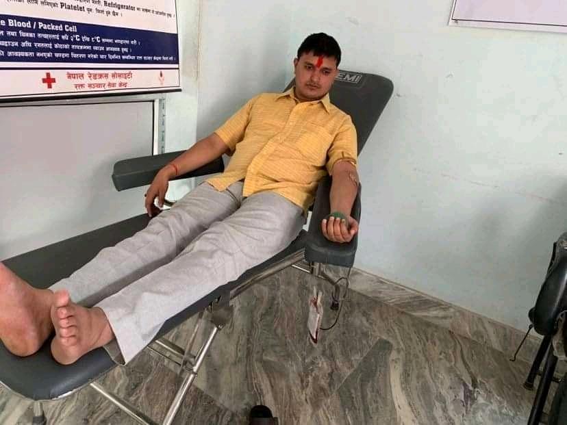 कोरोनाको महामारिमा रगत अभाव भएपछि सम्पादक भट्टराईद्वारा रक्तदान 2